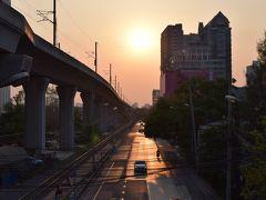 スワンナプーム空港には、まだ陽も昇らない早朝に到着。空港を出るころに闇夜が白んできました。そして乗り換え地点のマッカサン駅に到着のころ、バンコクをオレンジ色に照らす朝日が昇り始めていました。torajiも朝日に照らされて一日のパワーチャージ。
