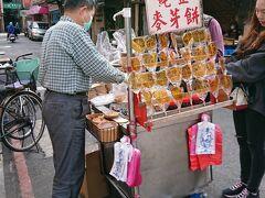 youbikeに乗ってさらっと迪化街へ。屋台の麦芽餅がめずらしく空いていたので、水飴をはさんだ昔ながらのお煎餅をひとつ買いました。