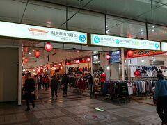 その後、日中は2つのスーツケースのパッキングに格闘して、夕方から萬華エリアへ。龍山寺駅の地下道をくぐって、龍山寺前へ出てさらに歩き、