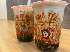 その後は1回ホテル方面に帰還。(やることなくなってきたw) 途中のキャセイビルでタピオカを見つけて飲んでみる。  こちら、「LiHO TEA」というお店でシンガポールの方が始めたタピオカ屋らしい。  あまり考えずに1番オススメの物を飲んでみた。 黒糖で甘く煮たタピオカを牛乳と一緒に頂くもの。  牛乳が嫌いな私にとっては完全に失敗してしまった(笑)大人しくミルクティーにしておけばよかった(*_*)