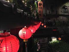 タクシーと合流できたので九份へ。 運ちゃんが、宮島に行ったことあるぜ。って言って写真見せてくれたけど、東日本在住でもわかる「これ宮島じゃなくない?」という写真。  九份には9時頃着いて、ほかのツアー客が出払っていたのでとても快適。お店はほとんど閉まってるけどね…。