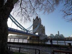 ロンドンといえば赤!  という勘違いで、ロンドン橋が青いことに驚き