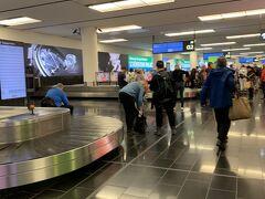 約12時間のフライトを終えて朝6時、ウィーンに到着。 ヨーロッパに到着するときは、この空港しか使ったことがありません。荷物を受け取り外に出ると、オーストリアのチェーン店がたくさんあって幸せでいっぱいです。