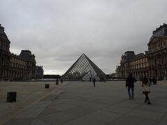 ルーブル美術館に到着です。 ダヴィンチコードで見たクリスタルピラミッドが目の前に! ぱっと見は人が少ないですが、ピラミッドの裏は入場待ちの大行列です。
