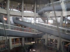 1時間ほどでシャルルドゴール空港に到着。 ターミナル1は面白い構造をしています。