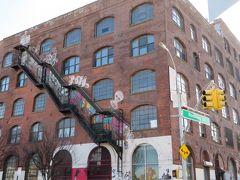 気を取り直して、ユニオンスクエアから地下鉄Lのラインに乗って、ブルックリンへ。まずはMorgan Avで降ります。おりたときから異様なおしゃれ地区。テンション上がったー。  行った古着屋。  ナルニア・ヴィンテージ Quality Mending Co 10ft single By stella Dallas Awoke Vintage  このAwoke Vintageがあるところがミニモールになっていて、その中のお店がぜんぶよかった!めちゃくちゃおしゃれ!かわいい!で、なんか店主に日本人ぽい人がけっこういたような。日本で、中国人や韓国人を見かけても、まったくわからないけど、外国で、アジアの人を見ると、なんとなく、日本人とそれ以外が見分けつくような感じがしたのですが気のせいでしょうか。  いろいろ買った。けど、スーツケースガラガラ引きながら歩くのがけっこう限界だった。とくに地下鉄の階段。  で、ブッシュウィックへの移動のため、地下鉄の駅に下りると、「シャトルバス!シャトルバス!」と追い返された。どうも、土日だけ、そのあたりを無料で走っているバスがあるらしく、心配していたけどほかの人についていったら、無事、ブッシュウィックに到着できた。  ブッシュウィックでは  Beacon's Closet アーバンジャングル  Beacon's Closetはここもやっぱりおお賑わい。すごいよかった。日本にもあんな店、あればいいのに。いや、あるのかもだけど。若いころはともかく、わたし、日本での買い物はほぼネットですませてしまうからなあ。