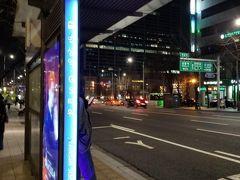 駅三駅のLGアートセンターから 東大門まで、地下鉄2号線で1本ですが 2号線の駅からホテルまでちょっと距離があるのと 階段がきらいなのでバスを利用しました。  LGの近くのGS25のバス停から、東大門の東横イン前のバス停まで 青463番で1本約30分で行けて楽ちんでした。