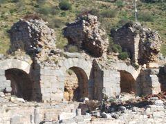 3日目は、エフェソス遺跡へ。古代人が最も恐れていたのは伝染病との事で、浴場は町の入口に設け、他の町から来た人は、着ていた服を焼き、入浴し、新しい服に着替えてから町に入ったそうです。