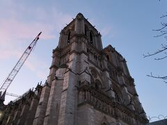 """ノートルダム大聖堂の正面玄関。 ユゴーが""""vaste symphonie en pierre""""と讃えたその石の芸術は今尚健在でした。 (vaste symphonie...巨大な交響楽 en pierre...石造り)"""