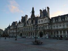 こちらがパリ市庁舎。 ここのグレーヴ広場ではひと昔、たくさんの人が処刑されました。 処刑が見せものであった時代もあったんですね