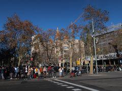 さて、「グラシア通り」を歩きまーす!。  スゴイ人・・・。混雑していますねー。