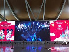 空港までは、順調に到着…  空港内に上海ディズニーの宣伝広告がありました