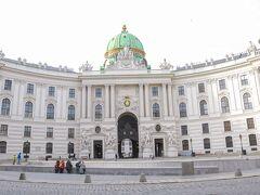 朝ごはんを食べてから向かう場所はもちろんここ。私の大好きなホーフブルク王宮です!朝なので人が少ないです。この日は風が強かった~