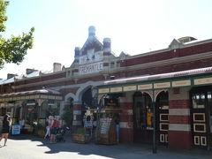 フリーマントルマーケット 1897年から続いている歴史あるマーケットだそうです。 中は食べ物を売るエリアと雑貨などを売るエリアに分かれています。 アジアのように押しが強くないのでゆっくり見れますね(^^)