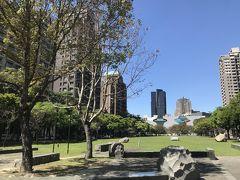 日本人建築家・伊東豊雄氏が設計した台中国家歌劇院から続く公園