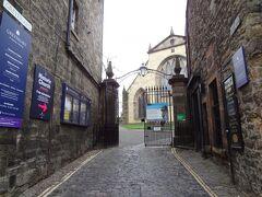 グレイフライヤーズ教会、ここにボビーのお墓があるらしい。 平日はお休みで教会内部には入れなかったけど門は開いていて、教会の周囲の墓地は観光客が歩いている。 私も入っちゃう。