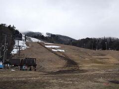 最終日(1日)は八方 雪がない衝撃の風景(・□・;) この左側の名木山ゲレンデだけは人工降雪機のおかげで滑れました