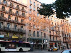 真ん中の建物がホテルの「カタロニアスクエア」。  sukeco夫婦の部屋は・・・???。  たぶん2階だから、木に隠れちゃっている部屋ね♪。