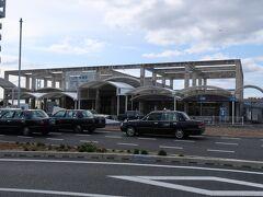 朝霧(あさぎり)駅    該駅は、昭和43年(1968年)6月20日開業である。 該駅設置工事は、昭和42年(1967年)8月に着工したが、当時、明石市内新駅名有力候補は、東明石、及び、明舞だった。 然るに、同年9月に当時の大阪鉄道管理局が明石市に対し内示した駅名は西舞子だった事から、明石市、及び、地元住民は、舞子は神戸市在駅であり該駅が明石市所在ながら西舞子とは納得し難いとして態度を硬化させ猛反発した。 結局、同年10月18日に現行の朝霧に決定したが、該駅名は源氏物語記述の引用だった。 因みに、明石市の如き住民民度高き所では、地元に対し高きプライドを有し、決して我を通す訳では無いが筋を通すが、他方、住民民度低き所では、地元住民は日々適当に生活を為すを日常とする。 https://www.jr-odekake.net/eki/top.php?id=0610626