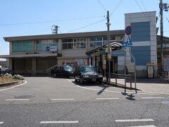 西明石(にしあかし)駅    該駅は、昭和19年(1944年)4月1日開業である。 然し、本来は神戸市中心部高架化工事に依り、神戸駅海岸側に存在した客車組成区域が高架化に依り使用不可能になる事から、代替施設として昭和5年(1930年)3月25日附を以って開設された明石操車場が嚆矢である。 該駅開設時は大東亜戦争に依る航空機増産の為に開設された川崎航空機明石工場(現 川崎重工明石工場)通勤客利便の為に開設され、該駅利用は該駅発着の工員定期券所持者に限定された。 此の為に、初代該駅は現位置より神戸方200m地点に開設された。 該駅は、川崎航空機明石工場を主要攻撃目標とした昭和20年(1945年)7月6日未明の空襲に依り、該駅本屋、及び、東信号扱所が被災全焼被害が発生した。 大東亜戦争終結後、該工場閉鎖に伴い、一時営業を休止していたが、昭和21年(1946年)4月1日附で、京都-姫路間、城東線(現 大阪環状線大阪-京橋-天王寺間)、西成線(現 大阪環状線大阪-西九条間、及び、桜島線)発着旅客に限定し営業再開した。 現在の如く発売区間制限撤廃は、昭和27年(1952年)12月2日附である。 該線鷹取-西明石間複々線化工事に依り、新設列車線は明石電車区山側設置に決定し該駅移設を要する事から、昭和36年(1961年)6月15日附で現位置に移転した。 https://www.jr-odekake.net/eki/top.php?id=0610609