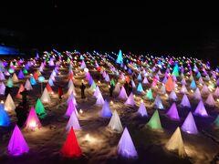 展望台から見た会場。雪原に灯りが変化するテントが配置されてます。音楽に合わせてライトの色が変わります。この会場の中を歩くことが出来てスタンプラリーが行われてます。奥の方には時計が花時計のようにみえました。