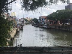 お店が立ち並んでいるマラッカ川。  この川がマラッカ海峡に繋がっています。