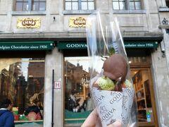 ゴディバ本店  いちごチョコ   酸っぱいと思っていたら、甘くてめちゃ美味しい