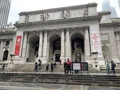 ニューヨーク公共図書館  図書館とは思えない立派な建物です😌入り口で簡単なセキュリティーチェックを受け、中へ入ります。