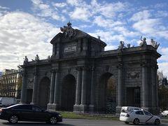 シャトルバスで降ろされたのは独立広場にあるアルカラ門付近  Puerta de Cibeles