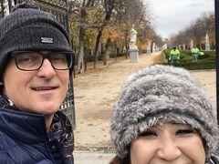 門の横から、レティーロ公園 (Buen Retiro Park)  に入っていけます。ここを通過しながらバス停あるプラド美術館前まで  散策することに。寒いー