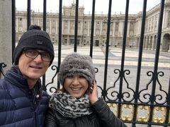 二日目  2Days の2階建バスのチケットを利用して、王宮へ。 Royal Palace of Madrid~王宮~  フェリべ5世の命により1734年に建てられた、歴代のスペイン国王が住居と  して使用されている豪華爛漫な宮殿。   雨が降ってきて、長蛇の列には並べなかったけど、ベルサイユ宮殿と似ている。