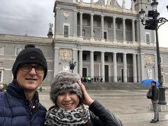 広場では沢山の人が集まって  マドリッドの宮殿を楽しんでいる。  雨でこの高台から見える景色を楽しむ間もなく、退散