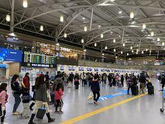 駅で電車を待っていた時間を含めても15分ほどでターミナル着。 この時点で時刻は5時半。 保安検査場はまだ空いていない時間ですが、少し人は少ないですかね?