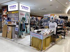 目的は無く…と言っていましたが、実は1タミの方が好きなお店が数軒あるのです。 まずはこちら、期間限定が延長されたと言うことで来てみました。 外国人の『Otaku』から最後の最後まで搾取するコスパ成田空港店。 私的には秋葉原とか行かないでもガンダムグッズが見れる貴重なお店。 今回は出物には巡り会えず。
