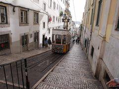 人気のケーブルカー乗り場へ行きました。 ここはポルトガルの定番風景で、よく見る場所ですが、車体の落書きが大変残念でした。  落書きケーブルカーより、綺麗なドラムが街中を走る風景の方が個人的には気に入りました。