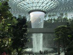 ショッピングセンターとは思えない巨大な人工滝