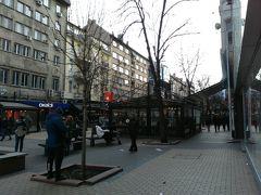 ヴィトシャ通り。ショッピングや食事を楽しむ人々で賑わっていました。行きかう人々が「西欧的」で、「東欧的」な人が多かったヴェリコタルノヴォとの違いを感じました。 首都と他の街の違いが大きい。