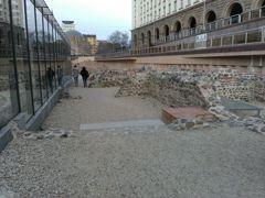 遺跡があることは聞いていましたが、思っていた以上に広大。まだ調査中なのか、発掘途中なのかわかりませんが、壁で覆われているところもありました。