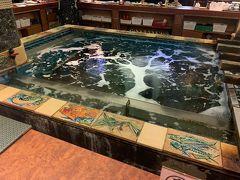 """夜ご飯はホテルの目の前にあった""""いけ洲 博多屋""""。 近海の五島灘で獲れた活きのいいお魚がメインのお店です。 名前の通り店内中央に生簀がありましたが、何にも泳いでいませんでした笑"""