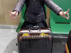 20年ぶりの海外旅行。もちろんパスポートを更新するところから今回の旅は始まります。 パスポート他、トランク等必要なものを購入。旅行に必要なものをネットで調べまくり!バリ旅行のブログ読みまくり!!分らないことはすぐに調べられるなんて本当に便利な世の中になったもんだ。。。とインターネットの素晴らしさを噛み締めつつ事前準備はOK! 今回は6時間香港でのトランジットがあるため、前もってVIPラウンジのクーポンも購入。始発でいざ成田空港へ。。。。!  友人とは成田空港で待ち合わせしました。 楽しみのワクワクが止まらない私ですが、空港が近づくにつれて不安からの腹痛。友人に会うなり早速?10分ほどトイレへお篭り(笑) 不安と痛みの元を流し、出国前に笑顔で1枚。ハムスタースマイル。