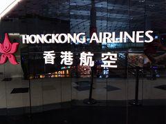 アマプラのおかげで5時間のフライトはあっという間。気がつけば香港に到着。 ここから6時間のトランジット。香港航空はとにかく広い!思ってた以上に広かったです。ラウンジに行きたいのにどこにあるのか。。。?入国審査は??この後どうすればいいの???イメトレしてたけどまた不安になりなんとなく人の流れに身を任せていたら空港内を走る電車にのってしまいました。でもこれが正解。終点で降りここで保安審査を受けます。ちなみにコロナの影響で審査前に熱をは計りました。セーフ!ほっ! ラウンジに行くまで免税店見たり、アメ横にありそうなお菓子屋さんを見たり。。歩いてるだけでも楽しかった。 そして念願のラウンジへ!!VIPラウンジは2箇所あります。「Club Bauhinia」と「Club Autus」。Club Autusは比較的新しく、シャワールームのアメニティがロクシタンだということもありClub Autusを利用しました。(※2月18日以降は閉鎖されています。)