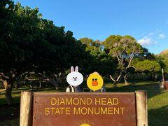 ダイヤモンドヘッドの登山口に到着。 とりあえず母と娘で記念撮影して ここから山登りです。