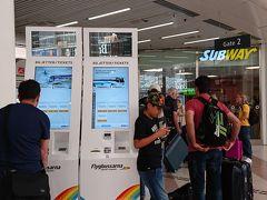 翌日ゴットランド島に飛行機で行くので空港バスの出発場所を確認に来ました。 たくさんの人が空港行きのバスを待ってました。 自販機でチケットを購入することが出来ます。