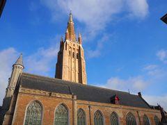高さ122mの塔を持つ聖母教会。 青空にレンガ色の建物が良く映えます。