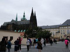 プラハ城  西側が正門の様ですけど、我々は北側から入場します。