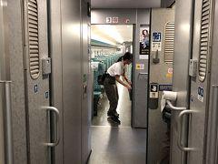 15時05分、高雄左營駅に到着。すかさず車内清掃、開始!