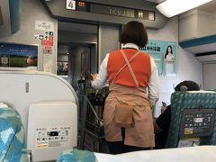 台中駅でどっと人が降りガラガラになったので スーツケースも置き場に置け、私も左側2列席の窓側席に勝手に移動して ふぅ~~。