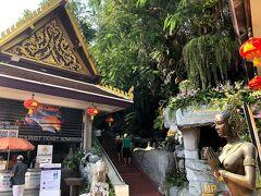 ワット・サケートです。 (フォートラではワットスラケートってなってますね) タイ政府観光庁サイトより     ↓ アユタヤ王朝(1351~1767年)から存在する 古い寺院で、もともとは「ワット・サケー」と 呼ばれていましたが、バンコク王朝が創設された 1782年に現在の「ワット・サケット」に改名されました。 「サケット」とは、王が散髪されることを意味する 王室用語で、クメール王朝との戦いから戻った チャオプラヤー・チャクリーはトンブリ王朝末期に 起きた騒乱を沈静化したのち、 自ら「ラーマ1世」として即位する際、 ここで散髪してから儀式に臨んだと伝えられています。 ラーマ5世の時代に完成した高さ80メートルほどの 344段のらせん階段を上がると360度見渡せる 回廊が広がっており、ここから眺める バンコク市内の風景も素晴らしいです。 別名「ワット・プーカオ・トーン」とも言います。