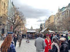 旧市街地を てくてく、、 ヴァーツラフ広場  広場ですが、、幅の広いショッピングストリートの印象、、 奥に見える建物は「国立博物館」、、 「国立博物館」前には「ヴァ―ツラフ像」があります、、