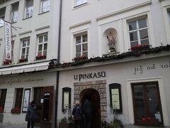 「ヴァーツラフ広場」から少し入ったところにある ウ ピンカスー(U Pinkasů) http://www.upinkasu.com/pe-restaurant/  1843年創業のプラハで最初にピルスナービールを提供したお店、、 しかも、伝統的なボヘミア料理をリーズナブルなお値段でいただけるとあって 観光客やプラハっ子にも大人気のレストランです、、  1階にはカウンター席中心の『ビアパブ』 2階のレストランではビールはもちろん、自慢のボヘミアン料理もいただけます、、